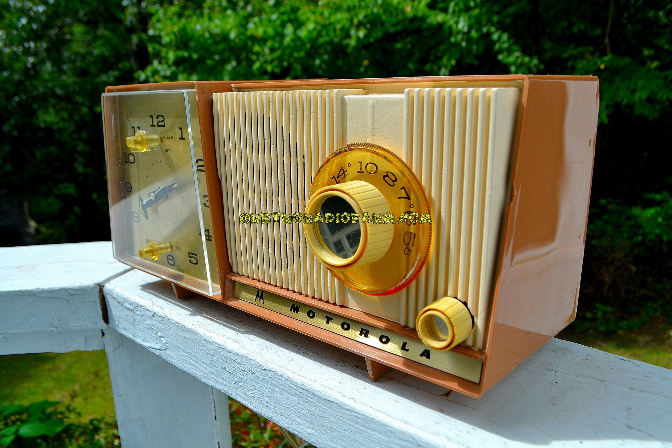 SOLD! - Feb 18, 2018 - BLUETOOTH MP3 UPGRADE ADDED - CARAMEL And Cream Mid Century Retro Vintage 1961 Motorola C18W Tube AM Clock Radio Beautiful and Tasty Looking! - [product_type} - Motorola - Retro Radio Farm