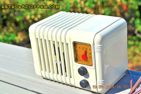 SOLD! - Oct 4, 2014 - SO CUTE 1940's Ivory Sky Rover Bakelite AM Tube AM Mini Radio WORKS!
