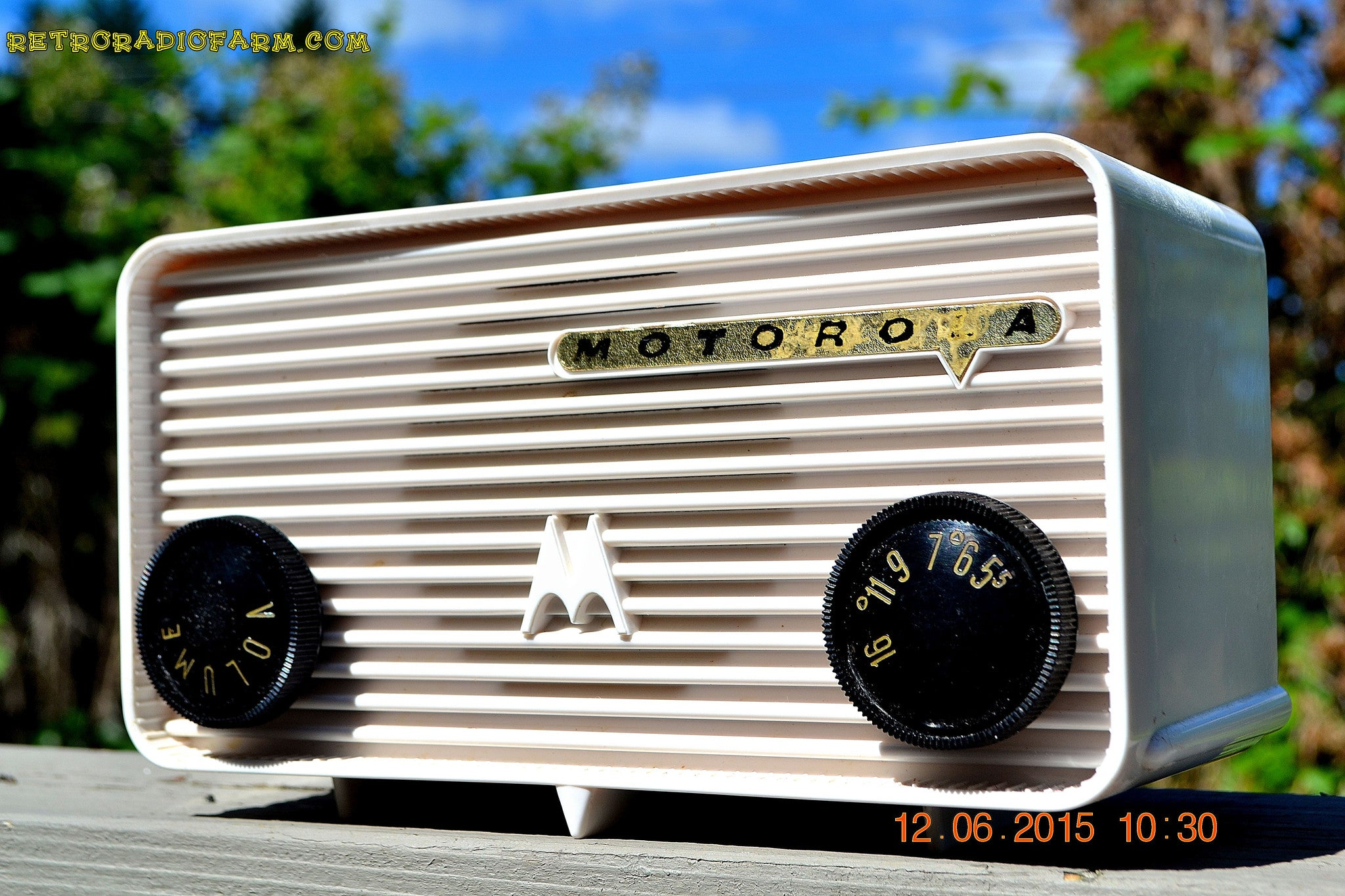 SOLD! - Jan 23, 2016 - BLUETOOTH MP3 READY - ALPINE WHITE Retro Jetsons 1957 Motorola Model 57A Tube AM Radio Works! - [product_type} - Motorola - Retro Radio Farm