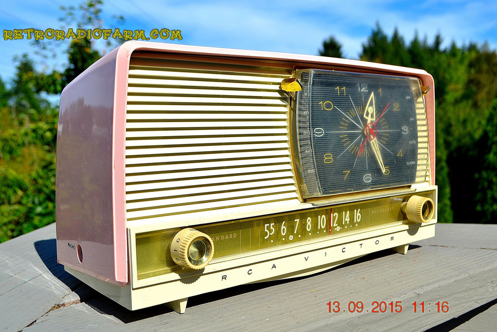 BEAUTIFUL Powder Pink And White Retro Jetsons 1958 RCA Victor 9-C-71 Tube AM Clock Radio WORKS! , Vintage Radio - Vintage Radio, Retro Radio Farm  - 1