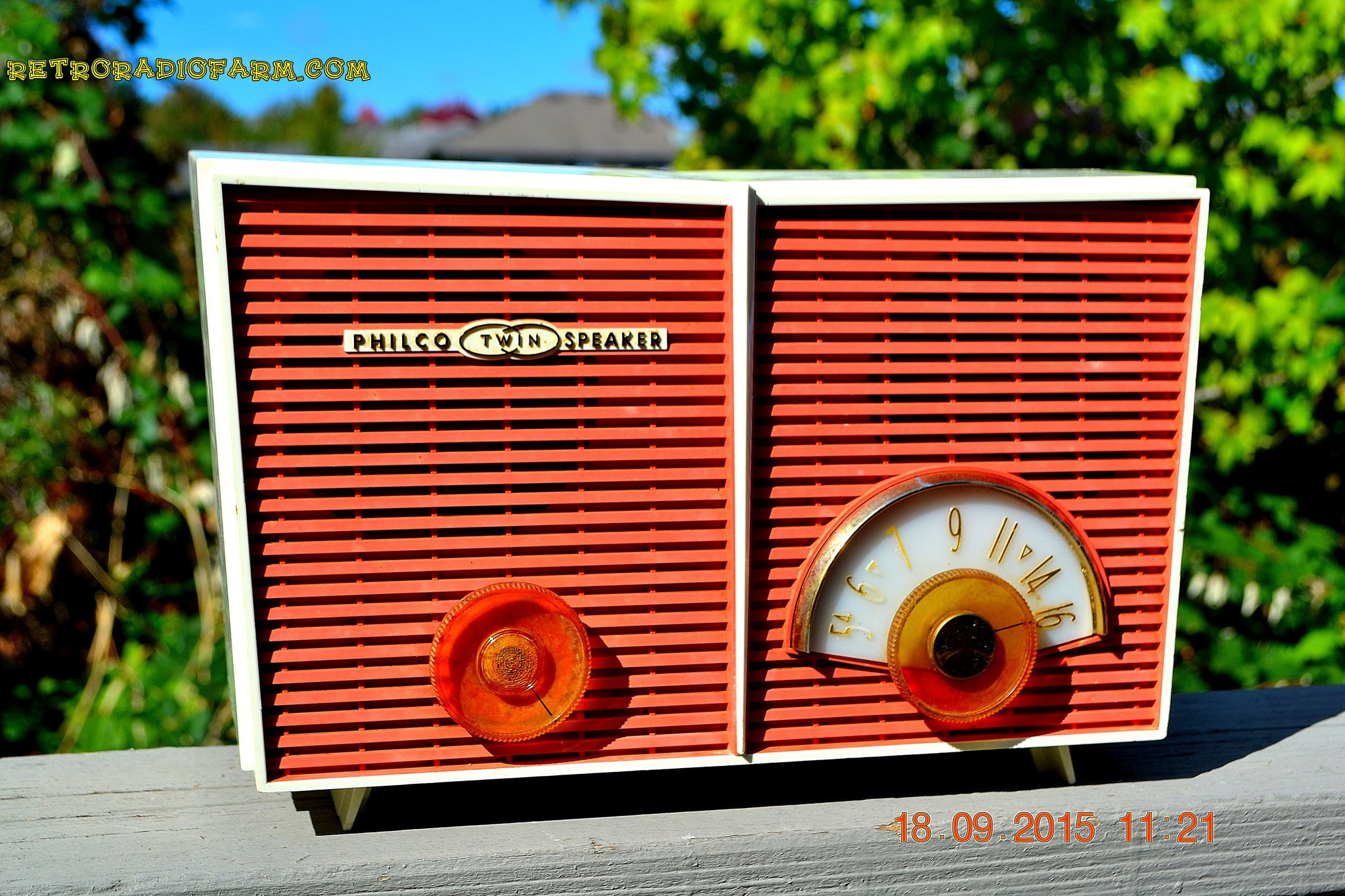 WACKY LOOKING Coral And White  Retro Jetsons Vintage 1957 Philco H836-124 AM Tube Radio Works! , Vintage Radio - Philco, Retro Radio Farm  - 1