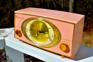 PINK CYCLOPIC Vintage Mid Century Retro Jetsons 1957 Bulova Model 140 Tube AM Clock Radio WORKS! , Vintage Radio - Bulova, Retro Radio Farm  - 2