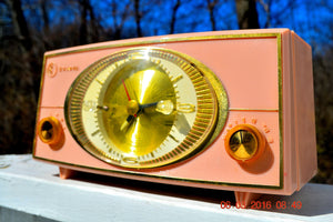 PINK CYCLOPIC Vintage Mid Century Retro Jetsons 1957 Bulova Model 140 Tube AM Clock Radio WORKS! , Vintage Radio - Bulova, Retro Radio Farm  - 1