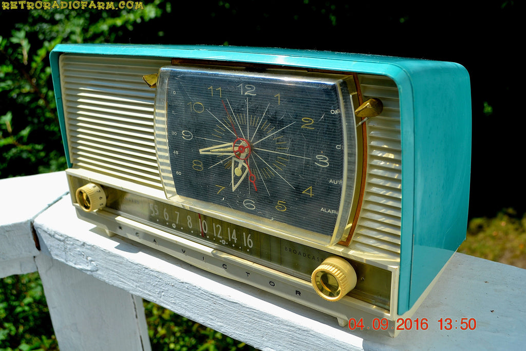 SOLD! - Oct 22, 2016 - BEAUTIFUL Turquoise And White Retro Jetsons 1958 RCA Victor 9-C-71 Tube AM Clock Radio Works Great But Has Cracks!