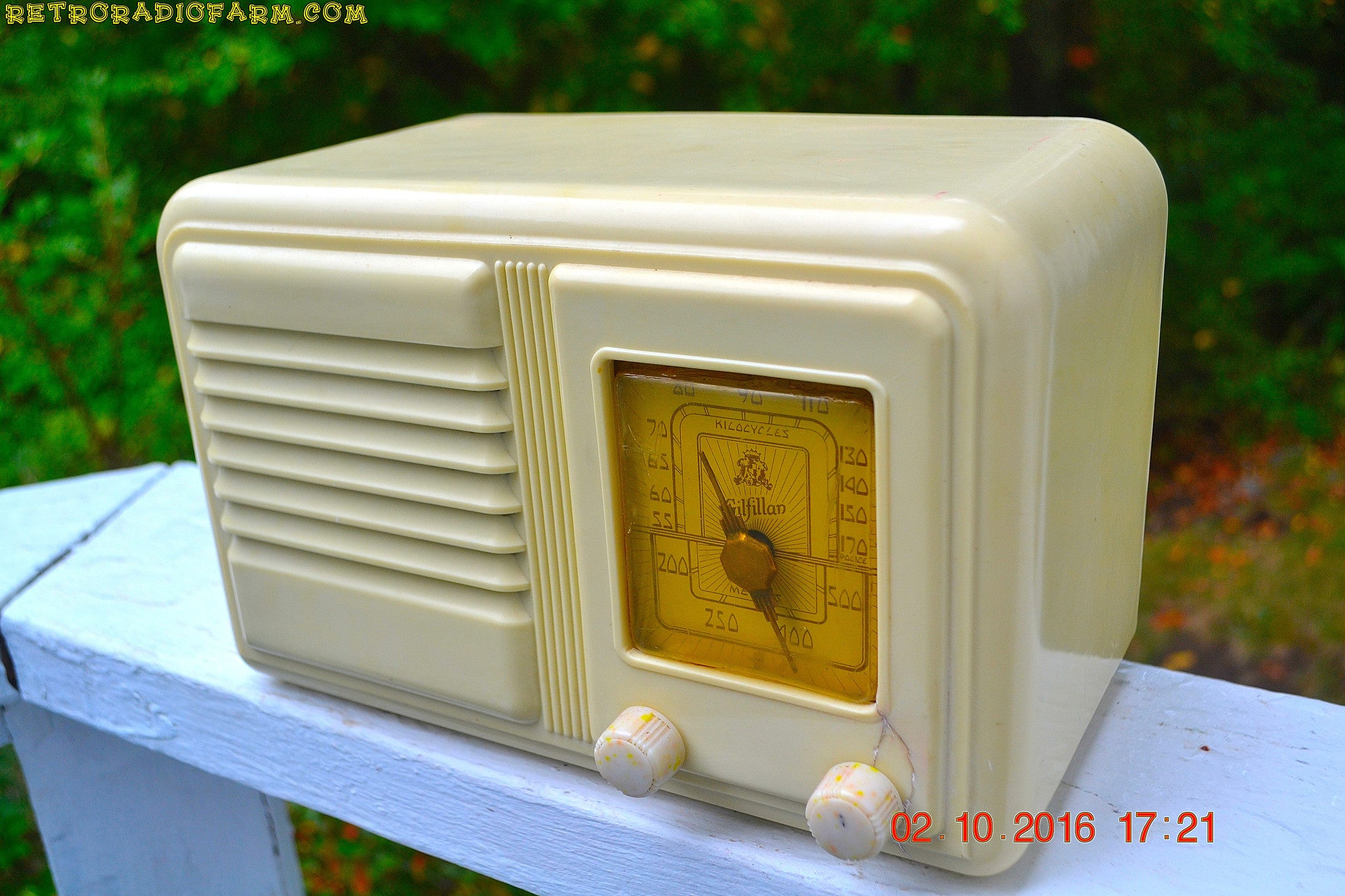 SOLD! - Oct 3, 2016 - BEAUTIFUL Art Deco Plaskon 1939-1941 Gilfillan 5B8 AM Tube Radio Totally Restored!