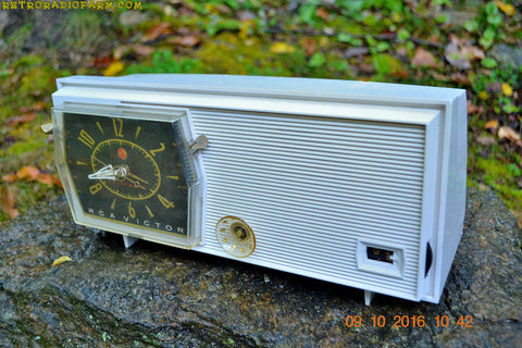 PAPER WHITE Mid Century Retro RCA Victor C-4E Clock Radio 1959 Tube AM Clock Radio Works Great!