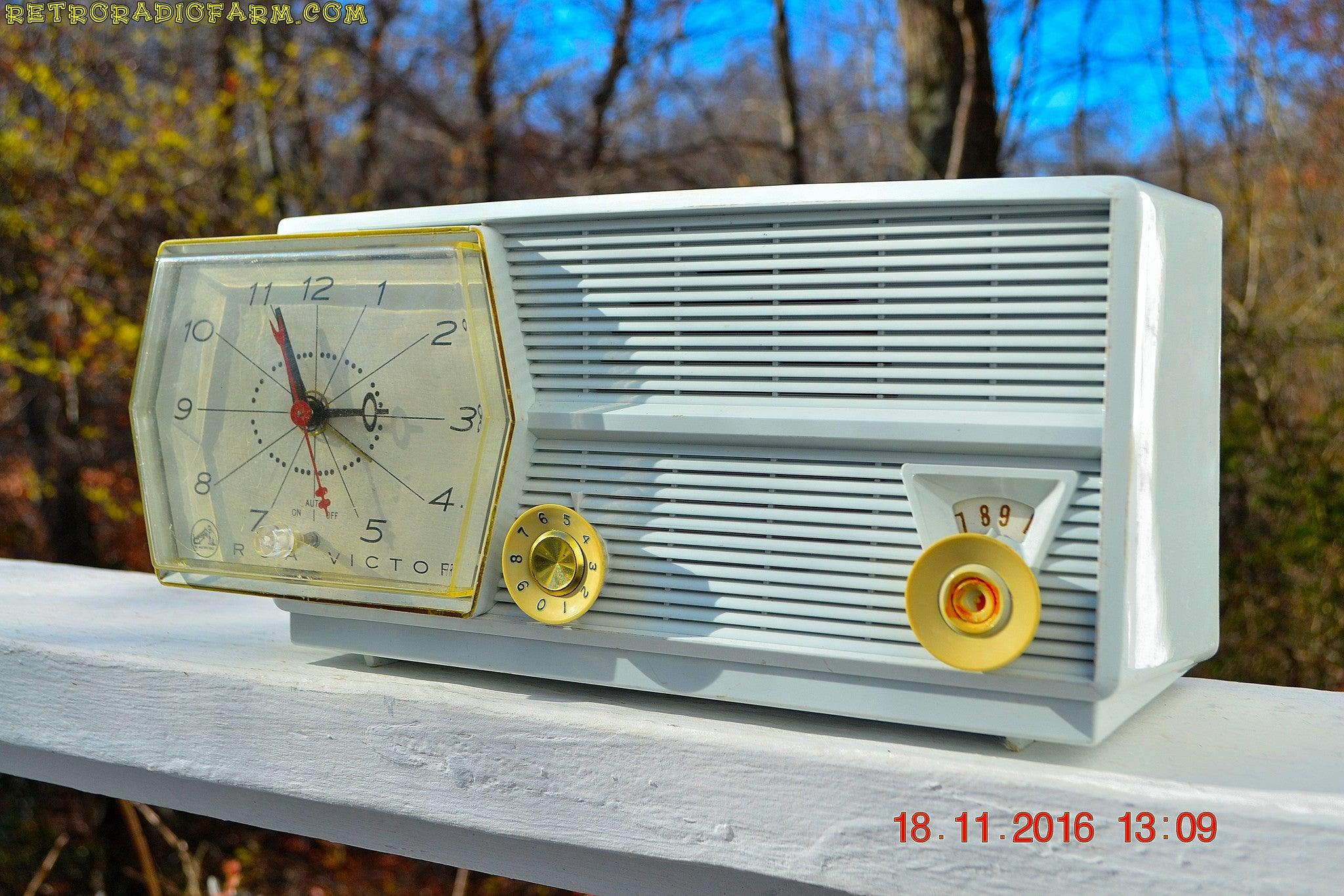 Paper White RCA Victor 8-C-5E Clock Radio 1959 Tube AM Clock Radio - [product_type} - RCA Victor - Retro Radio Farm