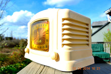 Load image into Gallery viewer, SOLD! - July 21, 2014 - BEAUTIFUL Art Deco Ivory Bakelite 1946 Truetone Stratascope D2611 AM Tube Radio Works! - [product_type} - Truetone - Retro Radio Farm