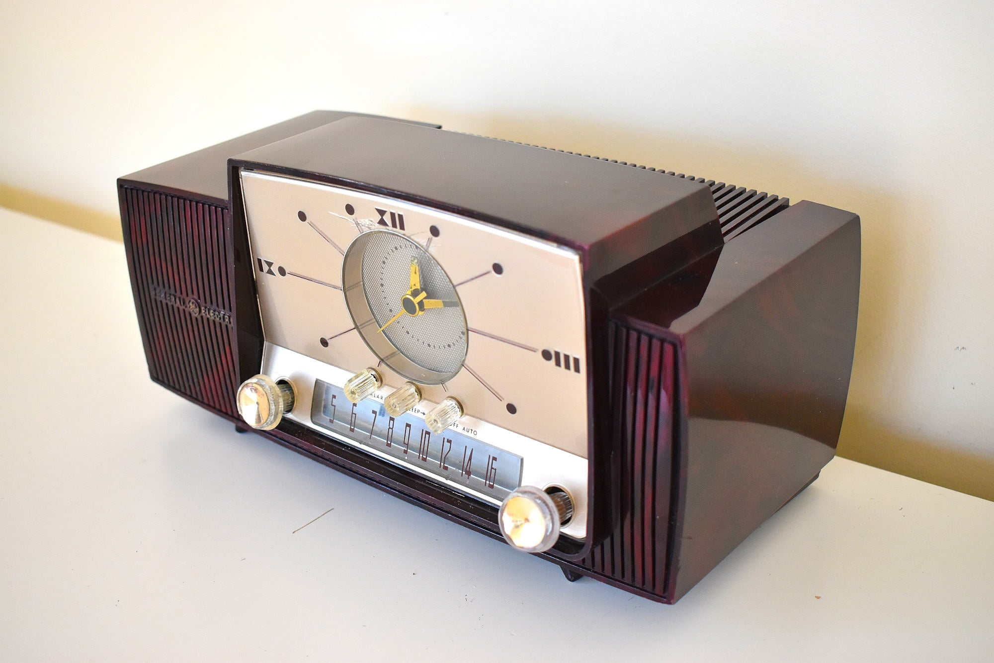 Burgundy Swirl Mid Century 1959 General Electric Model 913D Vacuum Tube AM Clock Radio Beauty Sounds Fantastic!