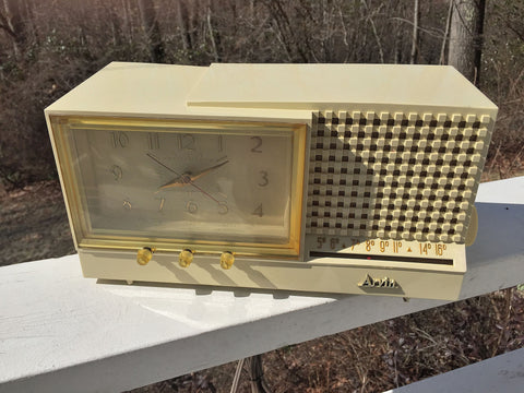 SOLD! - Apr 3, 2017 - GLOSSY IVORY Retro Jetsons Vintage 1958 Arvin Model 5578 AM Tube Clock Radio WORKS!