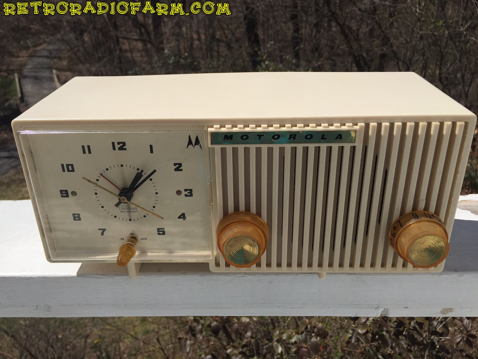 BLUETOOTH MP3 READY - Sophisticated Ivory Beige Retro Jetsons 1959 Motorola Model 5C12W Tube AM Clock Radio Totally Restored! , Vintage Radio - Motorola, Retro Radio Farm  - 1