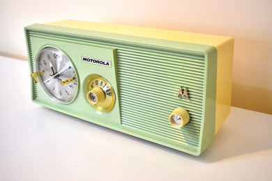 Lime Green 1959 Motorola Model 5C14GW Vacuum Tube AM Clock Radio Beautiful and Rare Color! Excellent Condition!