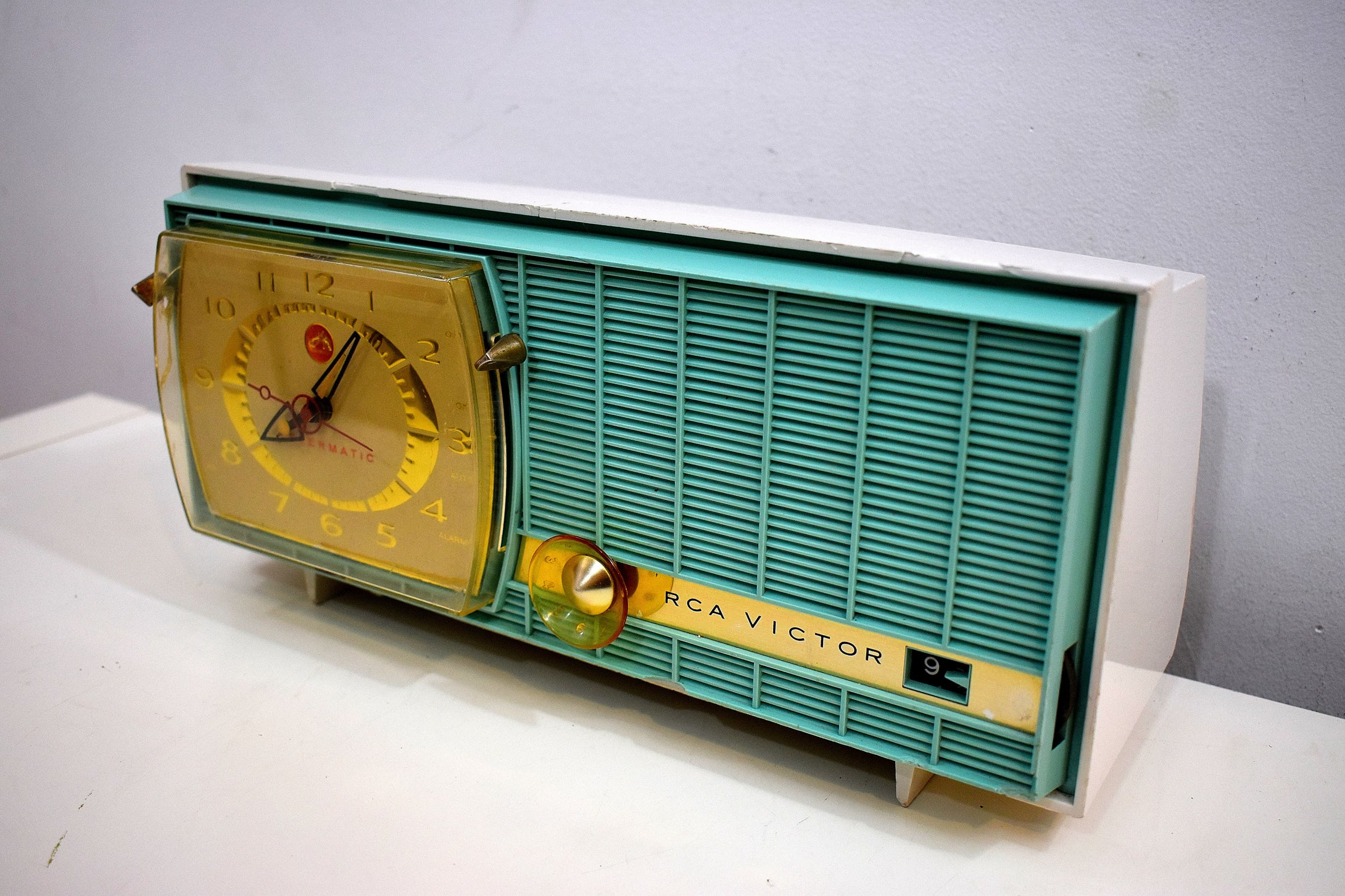 Turquoise and White Retro Jetsons Vintage 1957 RCA Victor Model C-3HE AM Vacuum Tube Radio