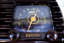Load image into Gallery viewer, Umber Brown 1942 Zenith Model 5D-611 AM Vacuum Tube Radio Beauty of Bakelite!