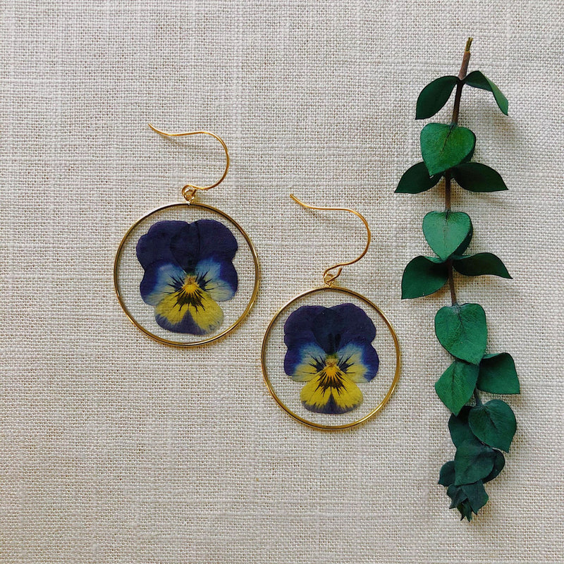 Simple Pansies in gold