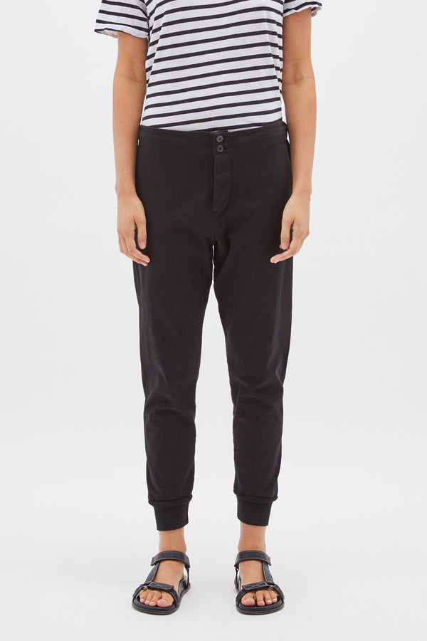 CLASSIC SLIM TAPERED TRACKPANT BLACK - BASSIKE