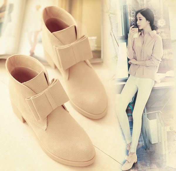 The new women's shoes with low-tip pointed boots