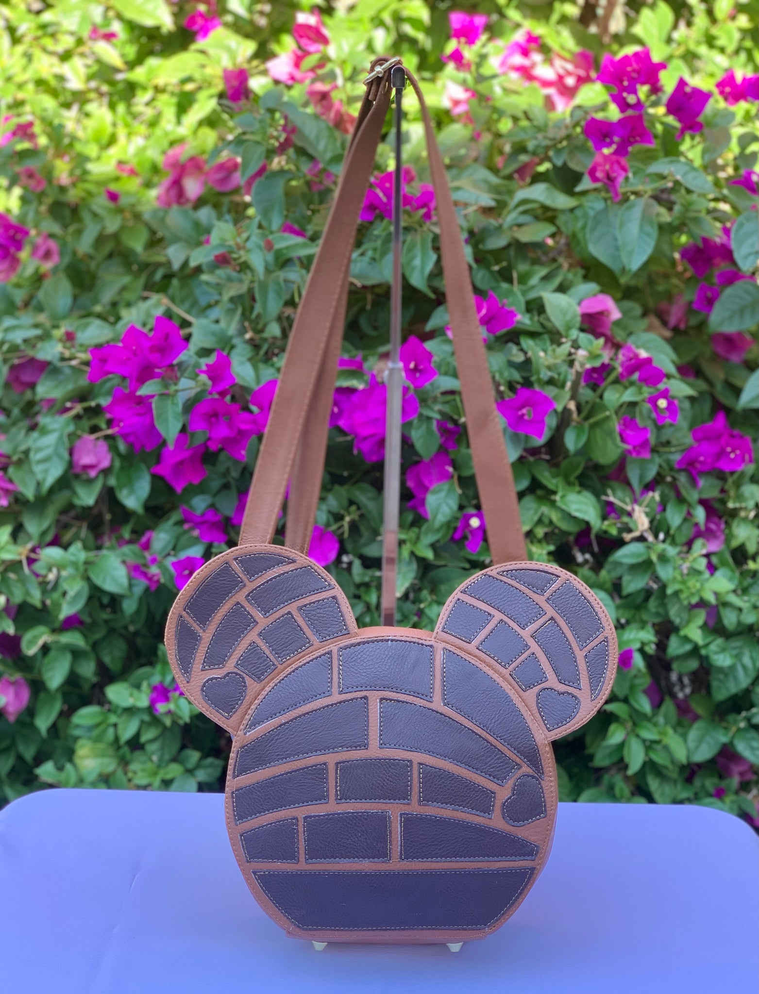 CONCHA MOUSE CROSSBODY HANDBAG- CHOCOLATE