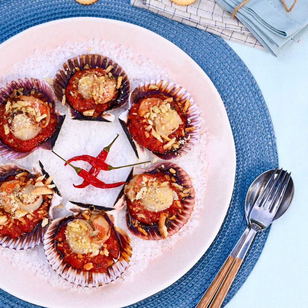 Teaspoons of scallop with a spicy touch