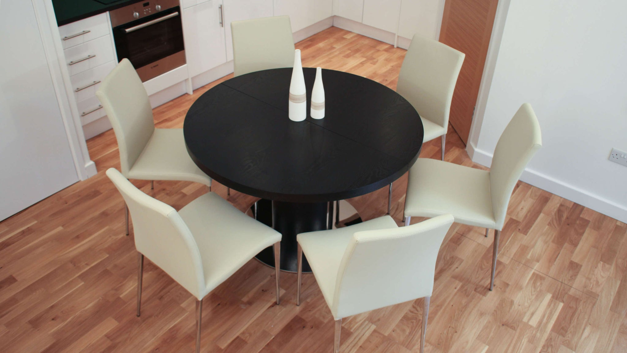 Modern Round Black Dining Table and Comfortable Dining Chairs