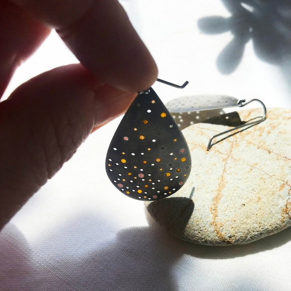 Load image into Gallery viewer, Plique Hammered Teardrop Earrings