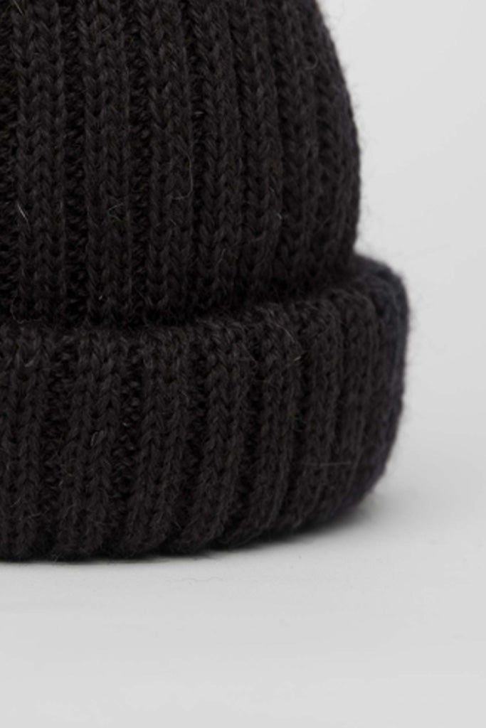 Black Dobbo (short knitted beanie)