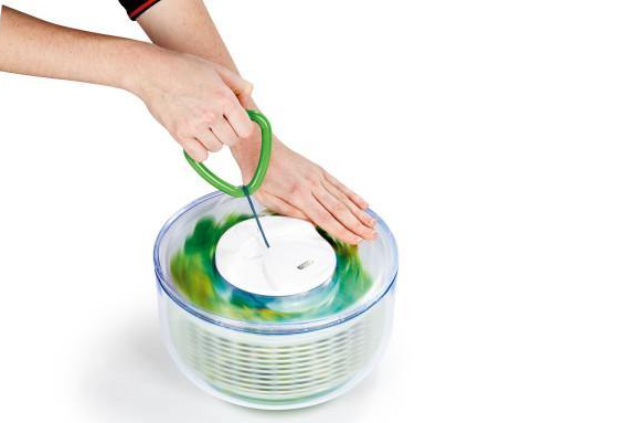 Zyliss salad spinner in use