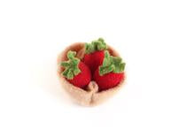 Mini panier de fraises en laine, wool strawberry basket Ouistitine Montreal Canada