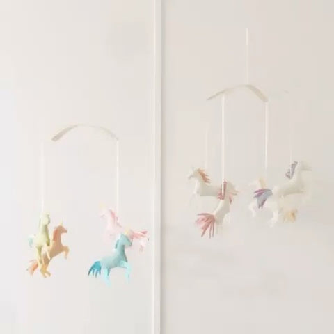 pompon design mobile licornes unicorns wool Montreal Canada