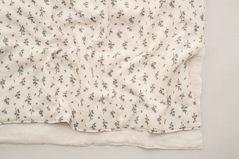 garbo & friend quilted blanket couverture matelassée clover (imprimé floral sur fond gris pâle) (floral print with light grey background)