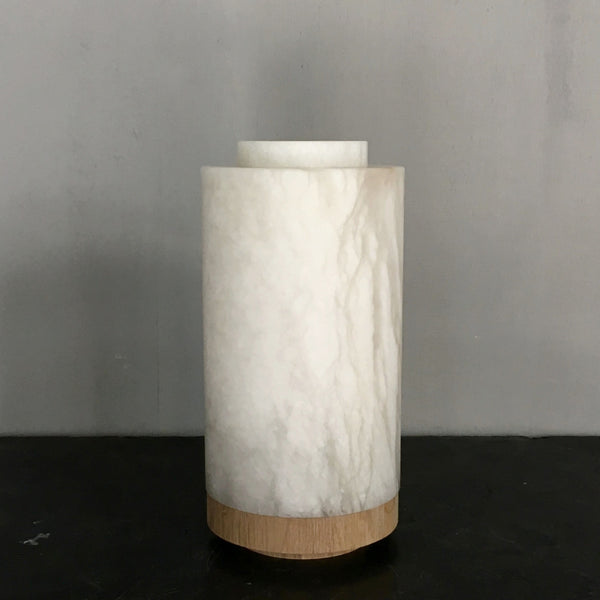 Alabaster lamp with a base in natural oak