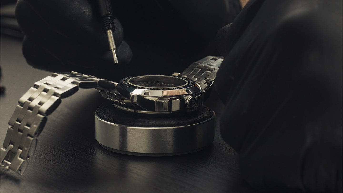 Removing metal strap of the Pompeak automatic watch