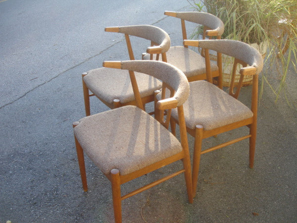 Chair: Set of 4 Danish Modern Cowhorn style Chairs in oak