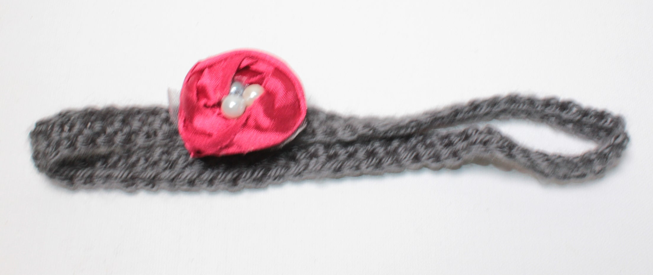KNIT RED ROSETTE HEADBAND APPROX 3-4Y EUC