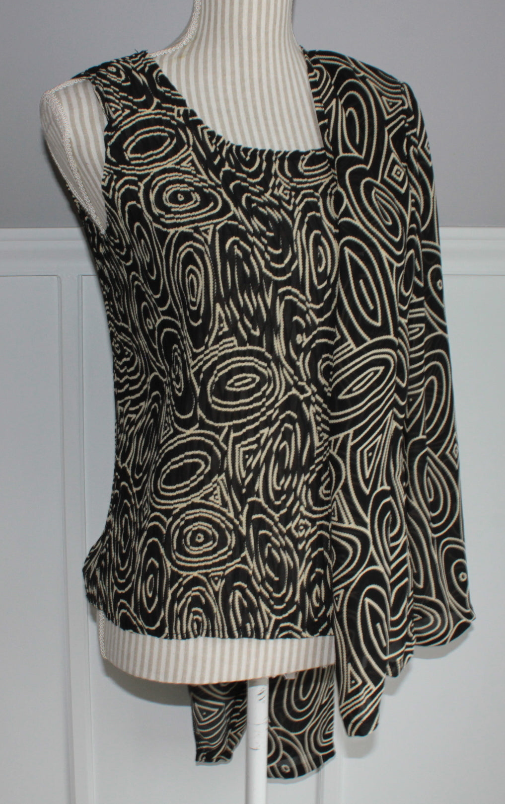 AMANDA COLLECTION 2 PIECE TOP MEDIUM EUC