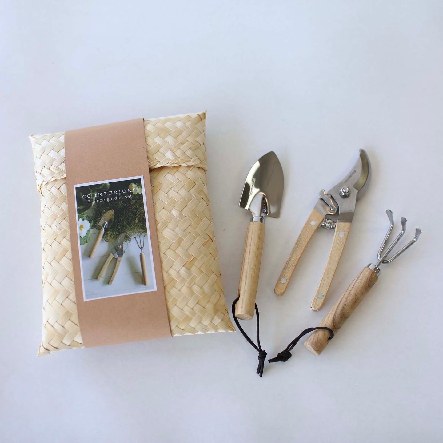 Gardening set presented in Kete