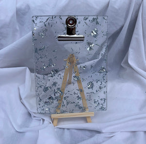 CLIPBOARD IN CLEAR SILVER WITH STAND