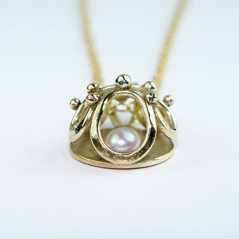 Dainty 9ct. Gold pendant with Freshwater Pearl