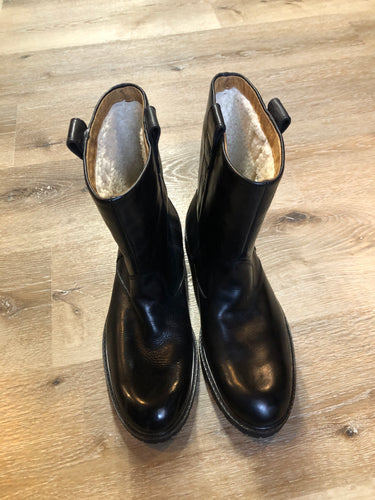 Florshiem black smooth leather pull on boots with shearling lining.  Size 8.5 D Mens  The uppers and soles are in excellent condition, NWOT.