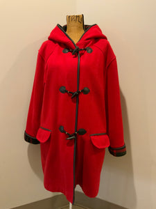 Kingspier Vintage - Club Manteau red wool blend duffle coat with hood, toggles, flap pockets and thin black leather trim. Size is small