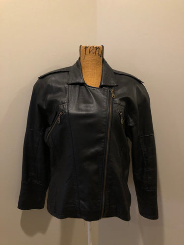 Kingspier Vintage - Plonge black leather moto jacket with zipper and slash pockets. Made in Canada. Size small.