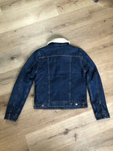 Load image into Gallery viewer, Levi's denim sherpa trucker jacket in a medium wash with faux fur lining, snap closures, vertical pockets and two flap pockets. Size small.