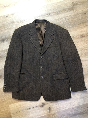 Kingspier Vintage - Protocol brown herringbone 100% pure virgin wool jacket. This jacket is a three button, notch lapel with a breast pocket, one flap pocket, one welt pocket and three inside pockets. Size 42S.