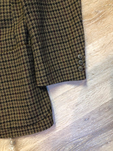 J.Riggings brown houndstooth 100% wool tweed jacket. This jacket is a two button, notch lapel with two patch pockets, a breast pocket and three inside pockets.