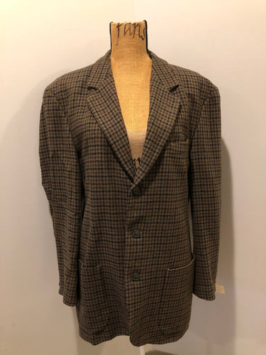 Kingspier Vintage - J.Riggings brown houndstooth 100% wool tweed jacket. This jacket is a two button, notch lapel with two patch pockets, a breast pocket and three inside pockets.