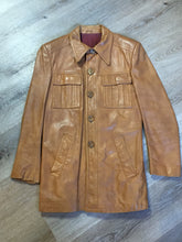 Load image into Gallery viewer, Roger de Blois inc brown leather jacket with button closures, two slash pockets, two flap pockets on the chest and a quilted lining. Made in Quebec.