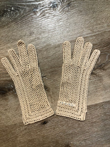 Kingspier Vintage - Vintage beige crochet lightweight gloves, Made in France, Womens size small with some stretch.