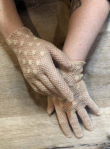 Kingspier Vintage - Vintage beige crochet lightweight gloves with flower details. Womens size small with some stretch.