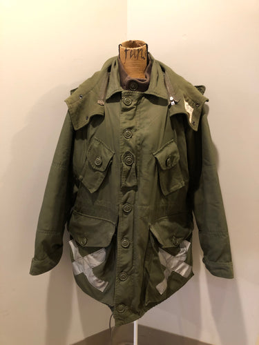 Kingspier Vintage - Canadian military surplus extreme cold parka in army green. The parka features zipper and buttons closure, flap pockets, knit collar, detachable hood, removable quilted lining and bottom hem drawstring. Size large.