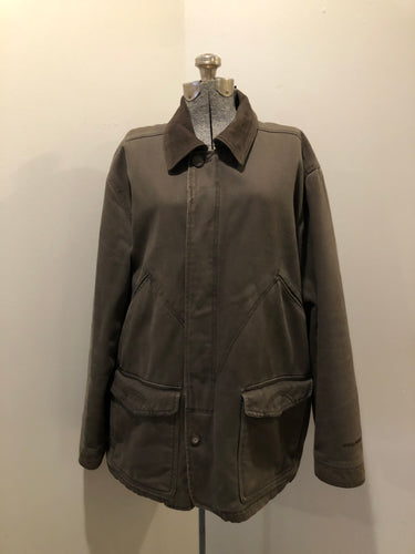 Woolrich olive green chore jacket features suede collar, flap pockets, hand warmer pockets, zipper and button closures, inside autumn colour striped fleece lining and inside pocket with pencil/ small tool holders. Men's large.